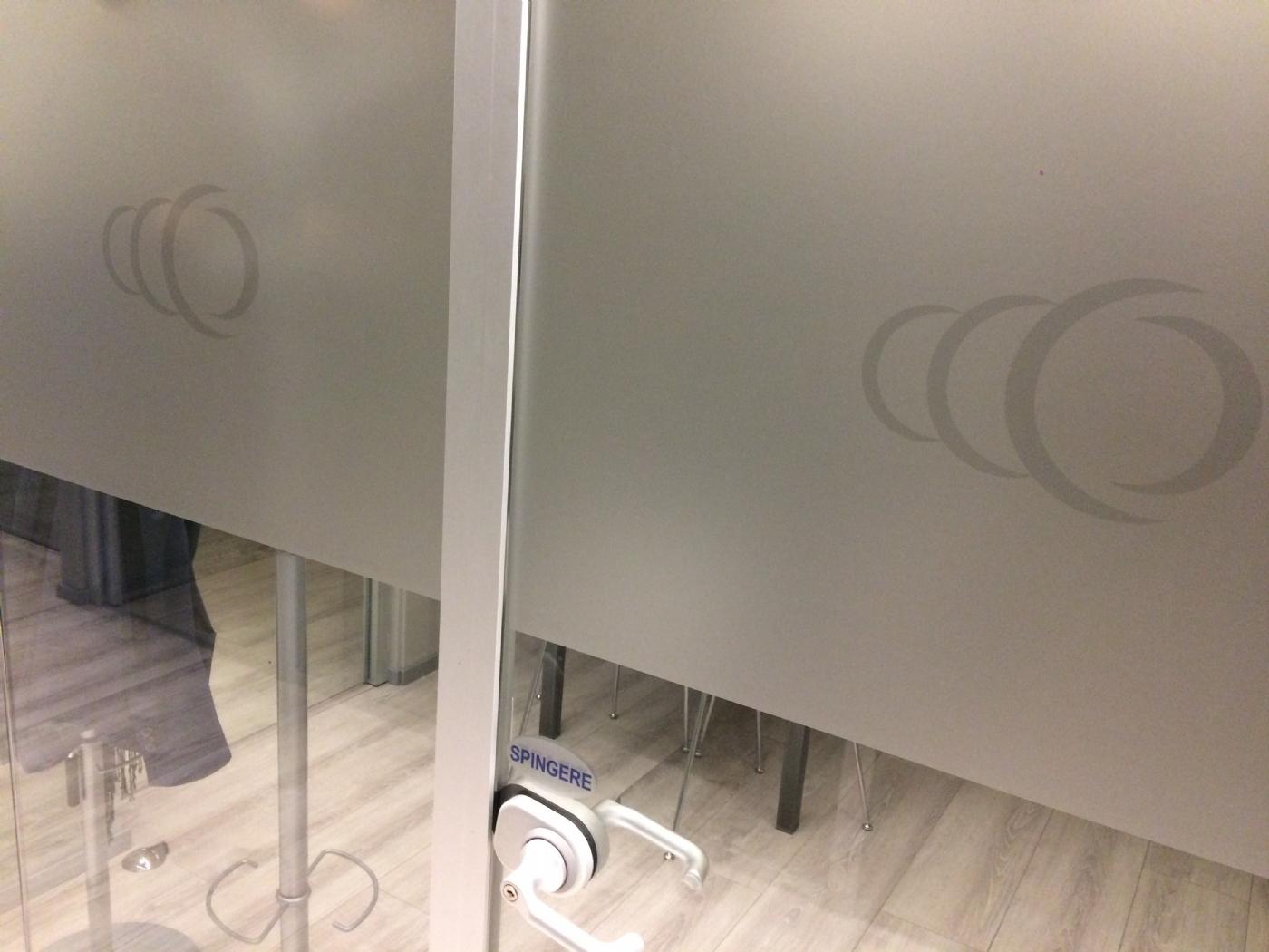 Pellicola adesiva effetto sabbiatura per vetri adesiva for Pellicola adesiva per vetri ikea